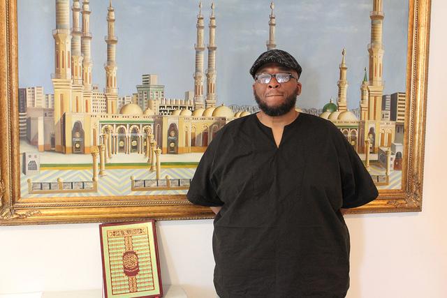 El imam Mustafa Magor de la Mezquita Msjid Hasebullah, pide a su comunidad controlar la ansiedad y mantenerse informado sobre las decisiones de la Casa Blanca. Foto El Tiempo