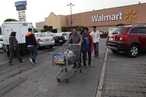 En esta foto de archivo, de diciembre 26 del 2013, se ve a consumidores entrando y saliendo de una tienda Walmart en la Ciudad de México. Gracias al Tratado de Libre Comercio -NAFTA- varias compa ...
