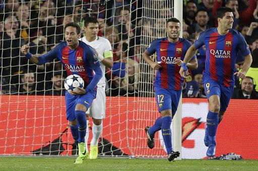 Neymar (izquierda), delantero del Barcelona, carga el balón luego del gol de su compañero Layvin Kurzawa. A la derecha sus compañeros de equipo Rafinha y Luis Suarez. Barcelona goleó con 6 a 1 ...