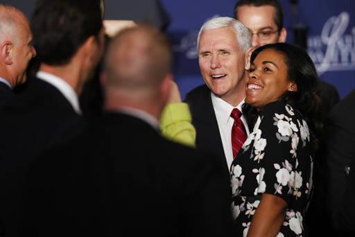 """El Vice Presidente Mike Pence posa para la foto luego de hablar en el evento de la Coalición Latina """"Make Small Business Great Again Policy Summit"""" en Washington, el 9 de Marzo del 2017. (AP Phot ..."""