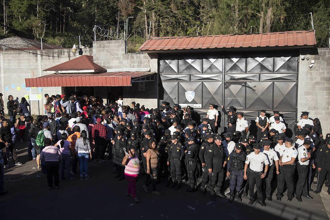 """La Policia Nacional resguarda la entrada al albergue juvenil """"Virgen de la Asunción"""", en el poblado San José Pinula, Guatemala, el miércoles 8 de marzo del 2017, luego de un incendio que cobró ..."""
