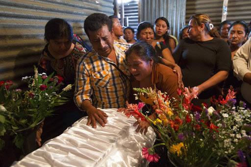 El 10 de marzo del 2017 Marta Lidia Garcia, al centro, llora en el ataúd de su hija  Siona Hernandez, de 17 años, quien murió durante el incendio de un albergue juvenil, en Ciudad Peronia, cerc ...
