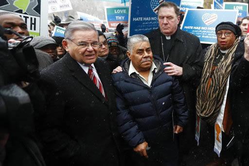 Catalino Guerrero, al centro, es acompañado por el senador Bob Menendez, izquierda, y por Joseph Tobin, cardenal del Arzobispado de Newark, New Jersey, durante un mitin, el 10 de marzo del 2017,  ...