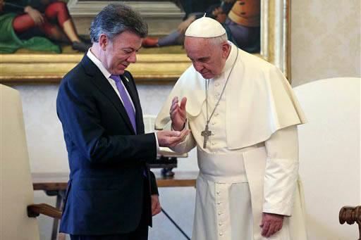 En esta foto de archivo, el Papa Francisco habla con el presidente de Colombia, Juan Manuel Santos, durante una audiencia privada en El Vaticano, el 15 de junio del 2015. Ahora en Bogotá el nunci ...