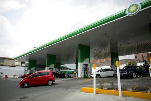 El sábado 11 de marzo del 2017 abrió al público la primera gasolinera privada en México. En esta foto se ve a clientes usando esa estación d BP, British Petroleum, ubicada en las afueras de l ...