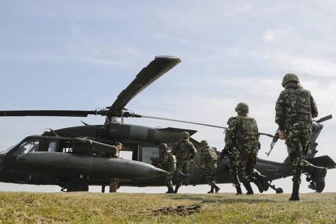 Militares rumanos corren a abordar un helicóptero estadounidense UH-60 Blackhawk del US Army 2nd Battalion, 10th Regiment, 10th Brigade, durante ejercicios conjuntos de EEUU y Rumania, el 8 de ma ...