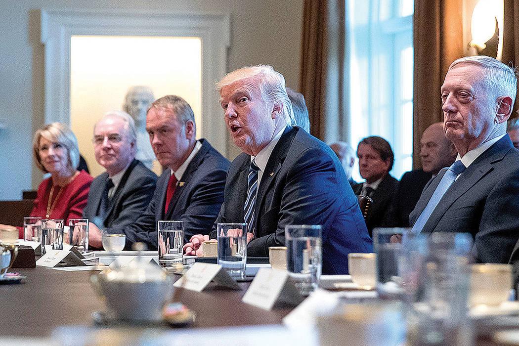 El Presidente Donald Trump habla durante una reunión en la Sala del Gabinete de la Casa Blanca en Washington, el lunes 13 de marzo de 2017. Desde la izquierda están la Secretaria de Educación B ...