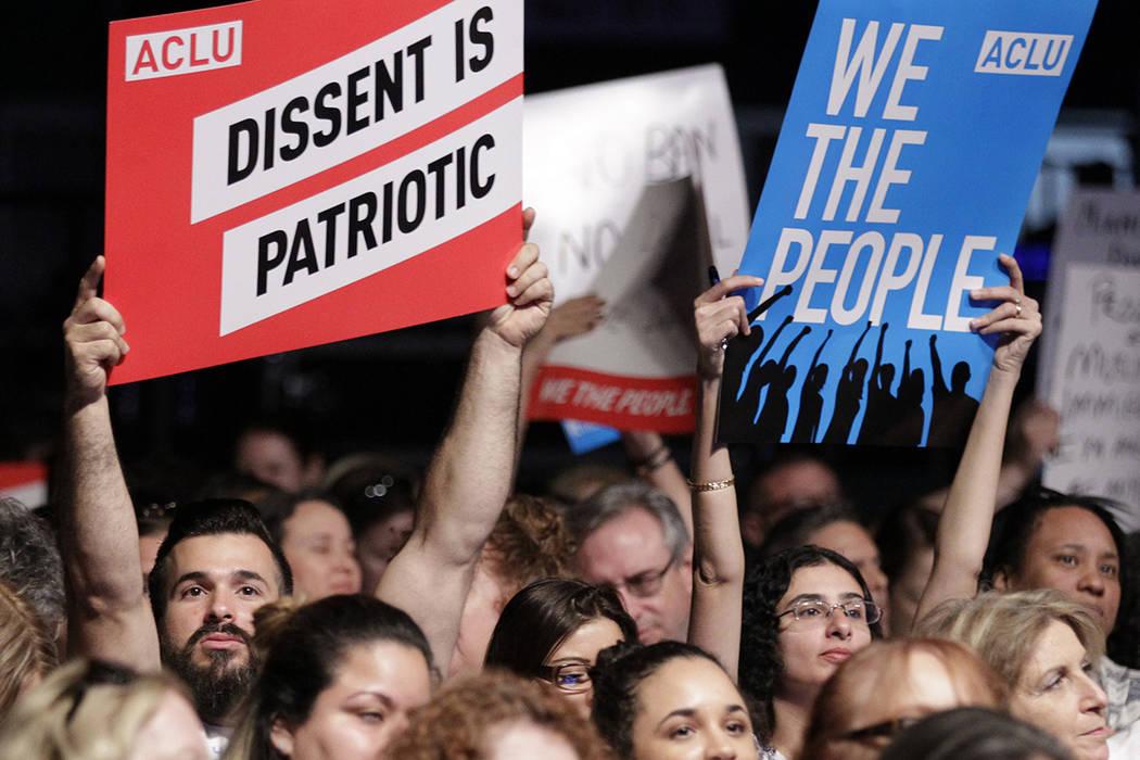 """Una señora no identicada sostiene las muestras durante una reunión llamada """"el entrenamiento de la resistencia"""" recibida por la Unión Americana de las Libertades Civiles, el sábado 11 de m ..."""