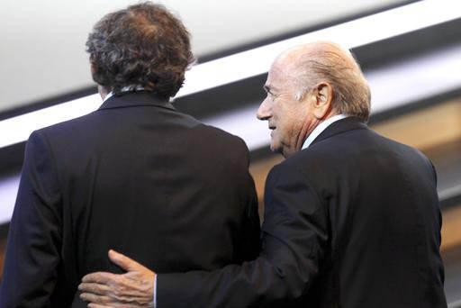 Entre cuates. En esta foto de archivo, mayo 9 del 2016, aparecen el ahora expresidente de la FIFA, Joseph Blatter (derecha) y el expresidente de la UEFA, Michel Platini. Según una corte en Suiza  ...