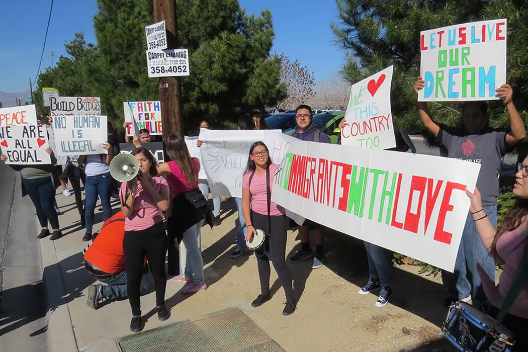 Decenas de estudiantes de la preparatoria Rancho realizaron una manifestación en las inmediaciones de su escuela para pedir la aprobación del proyecto de ley Bridge, martes 7 de marzo en Rancho  ...