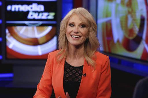 """La consejera de la Casa Blanca, Kellyanne Conway, aparece en esta foto al ser entrevistada por Howard Kurtz, para el programa """"MediaBuzz"""", de la televisora Fox News en New York, el viernes 10 de m ..."""