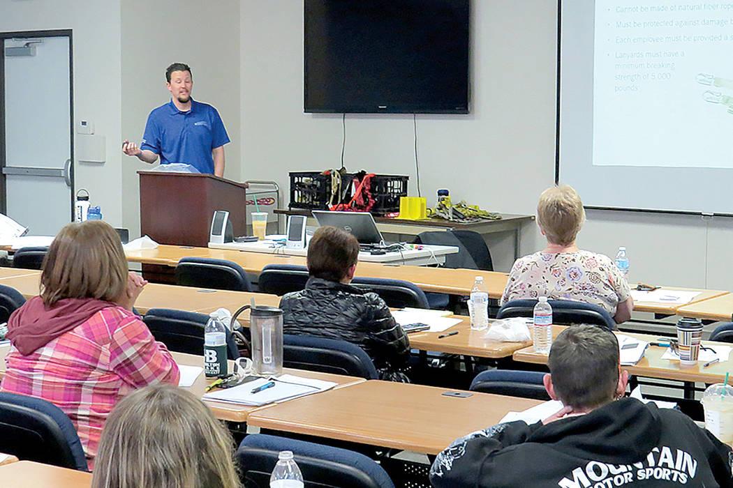 Decenas de empleadores y trabajadores se informaron sobre las leyes a seguir para preservar la seguridad de los empleados. Jueves 9 de marzo en el edificio 'Nevada Safety Consultation and Traini ...