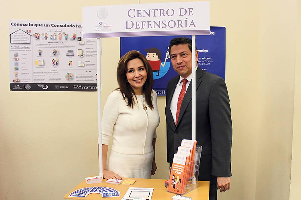 La abogada en inmigración Kathia Pereira otorgará consultas gratis dentro del Centro de Defensoría, acompañada del cónsul de México en Las Vegas, Alejandro Madrigal, ambos confían en que la ...