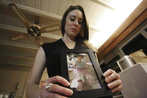 Casey Anthony posa el 13 de  Febrero del 2017, y en sus manos sostiene una foto de su hija Caylee, durante una entrevista en su hogar de West Palm Beach, Fla., Anthony, de 30 años, habla del caso ...