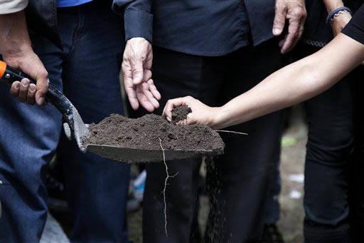 En esta foto del 3 de agosto del 2015, se ve a gente con una pala de tierra en el sepelio del periodista asesinado Ruben Espinoza. Trabajaba en Veracruz para la revista Proceso. (Archivo/AP Photo/ ...