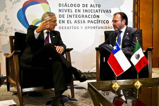 El ministro de Asuntos Exteriores de Chile Heraldo Munoz, izquierda, y el Secretario de Relaciones Exteriores de Mexico  Luis Videgaray hablan el 14 de marzo del 2017 previo a una cumbre de alto n ...