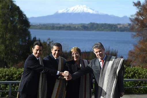 Foto de aarchivo. Desde la izquierda: El presidente de México, Enrique Peña Nieto, el entonces presidente de Perú, Ollanta Humala, la presidedenta chilena Michelle Bachelet, y el colombiano Jua ...