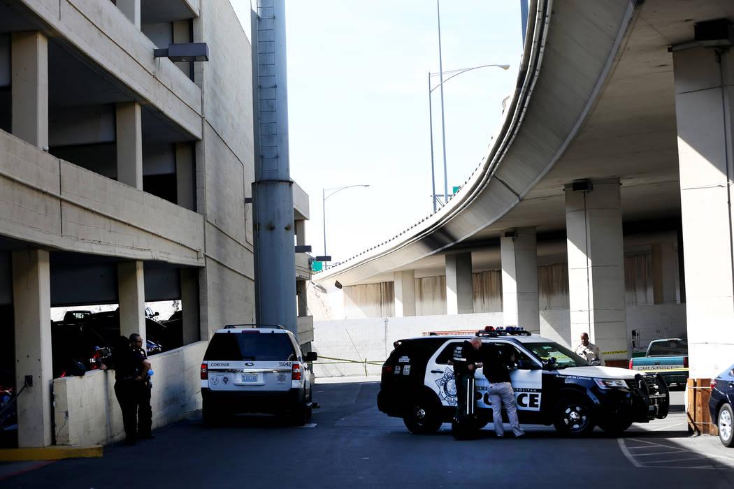 Agentes de la Policía Metropolitana de Las Vegas investigan en el estacionamiento del hotel y casino Main Street Station, junto a la carretera 95 (vista a la derecha) donde un hombre pereció lue ...