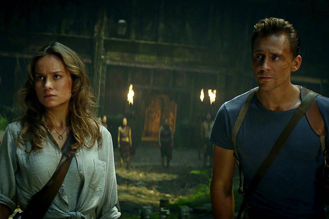 """Brie Larson como Mason Weaver y Tom Hiddleston como James Conrad aparecen en la película """"Kong: Skull Island."""" (Warner Bros. Pictures)."""