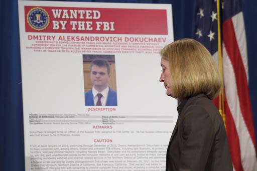 """Mary McCord, asistente del Procurador General de Justicia, camina junto a un cartel de """"Buscado por el FBI"""", durante una conferencia de prensa en Washington, el 15 de marzo del 2017, donde se anun ..."""