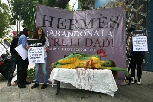 En esta foto de archivo, de agosto 5 del 2015, en una acción contra la crueldad con los animales, la organización PETA montó en la Ciudad de México una protesta contra una empresa de lujo. La  ...