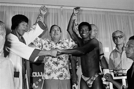 En esta foto de archivo, Julio 30, 1977, aparecen desde la izquierda: el campeón de peso mediano Carlos Monzón, el presidente de la Asociación Mundial de Boxeo, Elias Córdova quien levanta la  ...