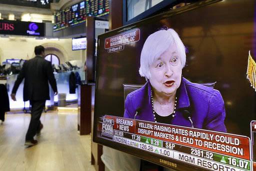 Janet Yellen, presidenta de la Reserva Federal aparece en esta pantalla de televisión en la Bolsa de Valores de Nueva York, el 15 de marzo del 2017, al anunciar en conferencia de prensa que se au ...