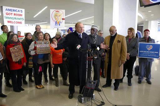 El Senador estatal Raymond Lesniak, de New Jersey, junto con activistas hablan en el aeropuerto  internacional de   Newark para oponerse al Veto de viajeros procedentes de seis países de mayoría ...