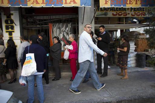 """Josue Fernando Garcia, quien vivió 20 años como indocumentado en los Estados Unidos, camina el 25 de enero del 2017 a su empleo en un """"call center"""" en la Ciudad de México. En esa fecha García  ..."""