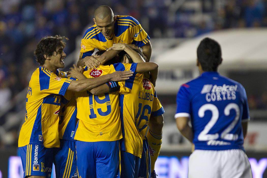 En los últimos 17 años, Cruz Azul y Tigres han compartido poco más de una decena de futbolistas, que en el mejor de los casos han respondido de buena manera para ambas escuadras y en el otro ex ...
