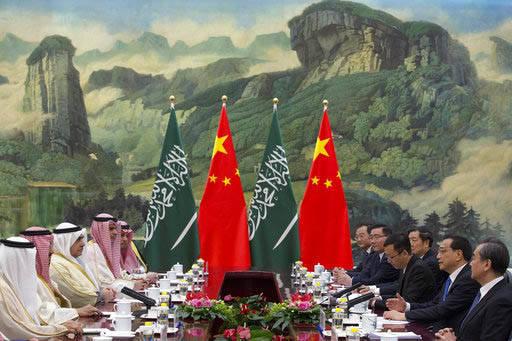 El primer ministro de China, Li Keqiang, segundo a la derecha, se reunió con el Rey Salman, de Arabia Saudita, segundo desde la izquierda, el 17 de marzo del 2017, en el Palacio del Pueblo, en Be ...