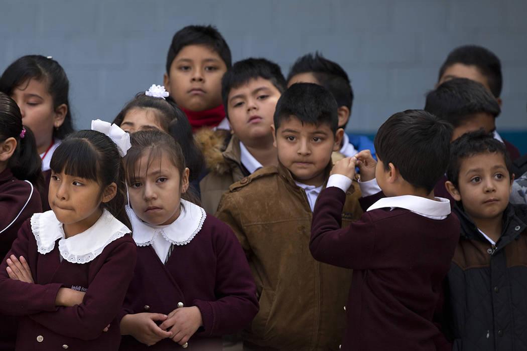 Los estudiantes miran durante una visita del presidente mexicano Enrique Pena Nieto a la escuela primaria Rodolfo Menéndez en el centro de la Ciudad de México, el lunes 7 de diciembre de 2015. M ...