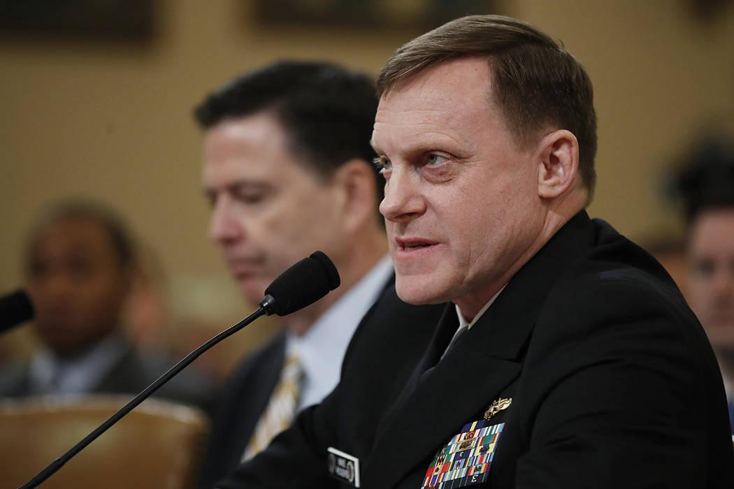 El director de la Agencia de Seguridad Nacional, Michael Rogers, acompañado por el director del FBI James Comey, testi ca en el Capitolio en Washington el lunes 20 de marzo de 2017 ante la audien ...