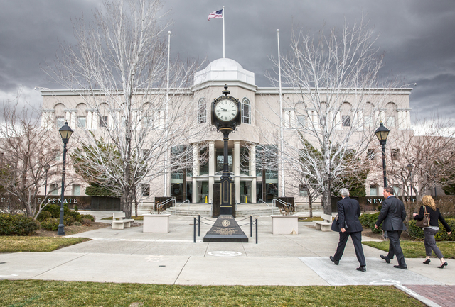 A principios de febrero del 2017 así lució el edificio del Poder Legislativo de Nevada, en Carson City. A la derecha se aprecia a legisladores en camino a la legislatura. (Foto Archivo/Benjamin  ...