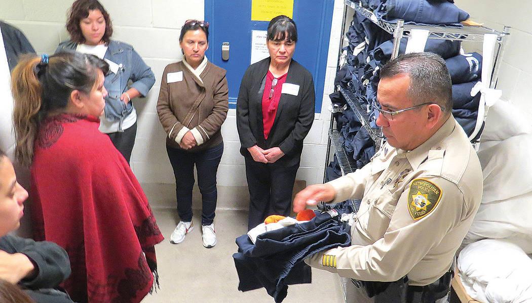Cada preso es despojado de sus pertenencias y se le entrega un uniforme, sandalias, calzoncillos, cobijas y calcetines, miércoles 8 de marzo en CCDC.   Foto El Tiempo/Anthony Avellaneda