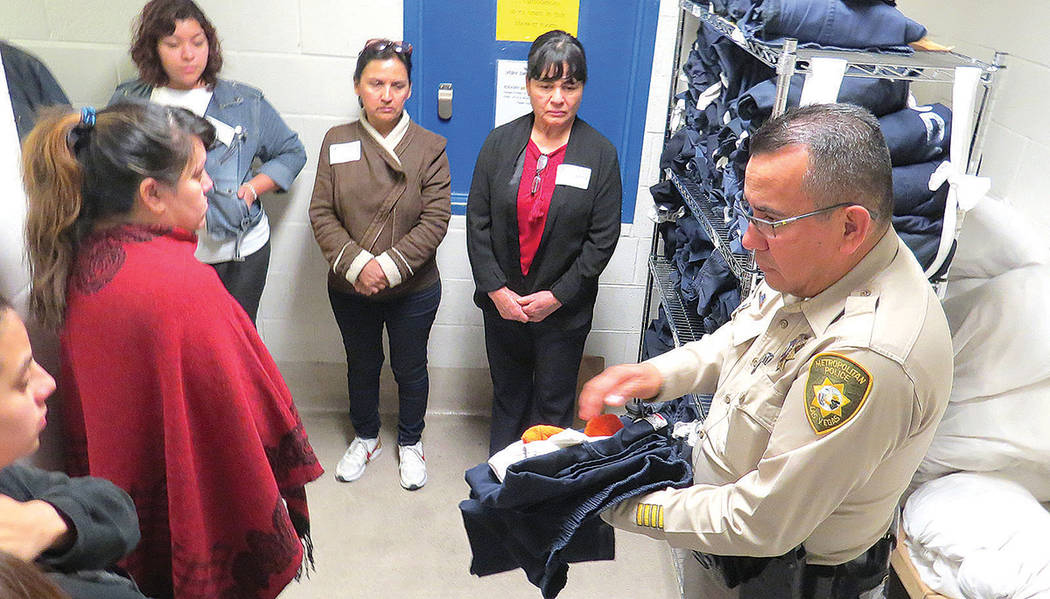 Cada preso es despojado de sus pertenencias y se le entrega un uniforme, sandalias, calzoncillos, cobijas y calcetines, miércoles 8 de marzo en CCDC. | Foto El Tiempo/Anthony Avellaneda