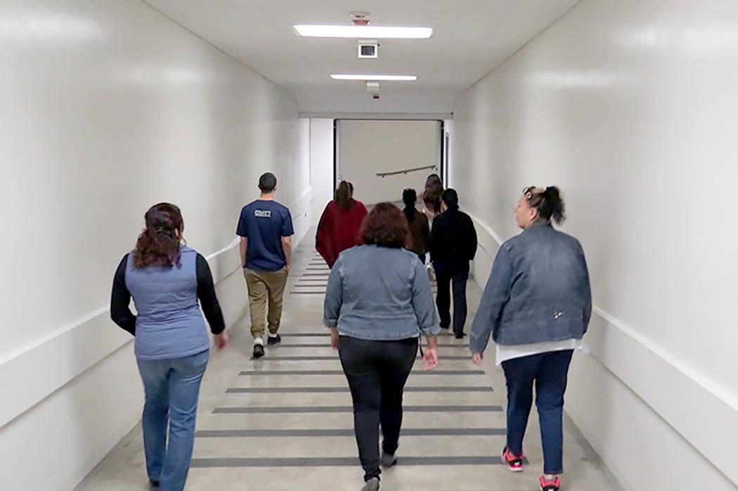 Los oficiales trasladan a los presos desde la cárcel hasta la Corte, por medio de un túnel que cruza la calle que los divide, miércoles 8 de marzo en CCDC.   Foto El Tiempo/Anthony Avellaneda