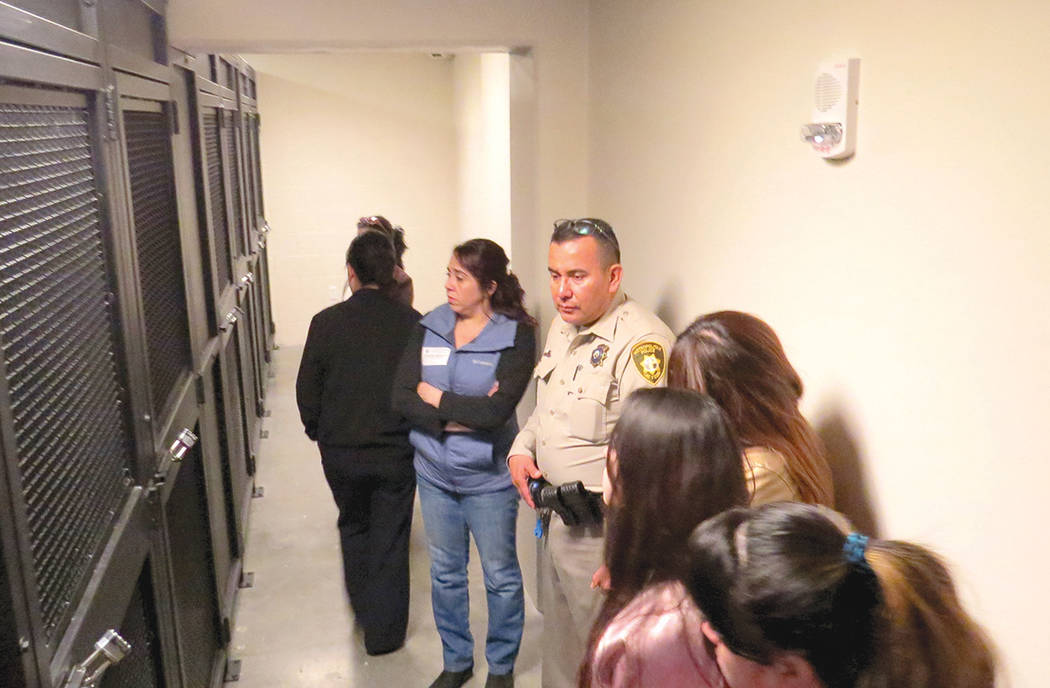 En esta área los presos pueden hablar con sus abogados, antes o después de una audiencia ante la Corte, sin embargo, permanecen dentro de una celda diferente, miércoles 8 de marzo en CCDC. | Fo ...
