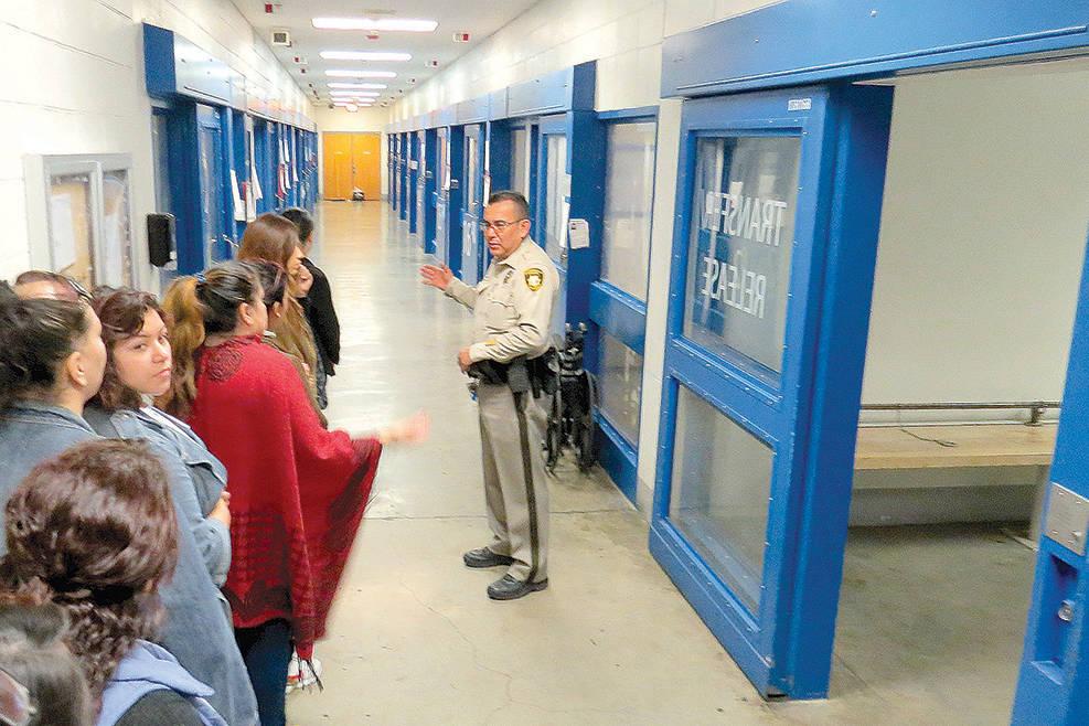 Los integrantes de la Academia Civil Hispana conocieron distintas zonas de la cárcel y aprendieron sobre el funcionamiento de la misma, miércoles 8 de marzo en CCDC. | Foto El Tiempo/Anthony Ave ...
