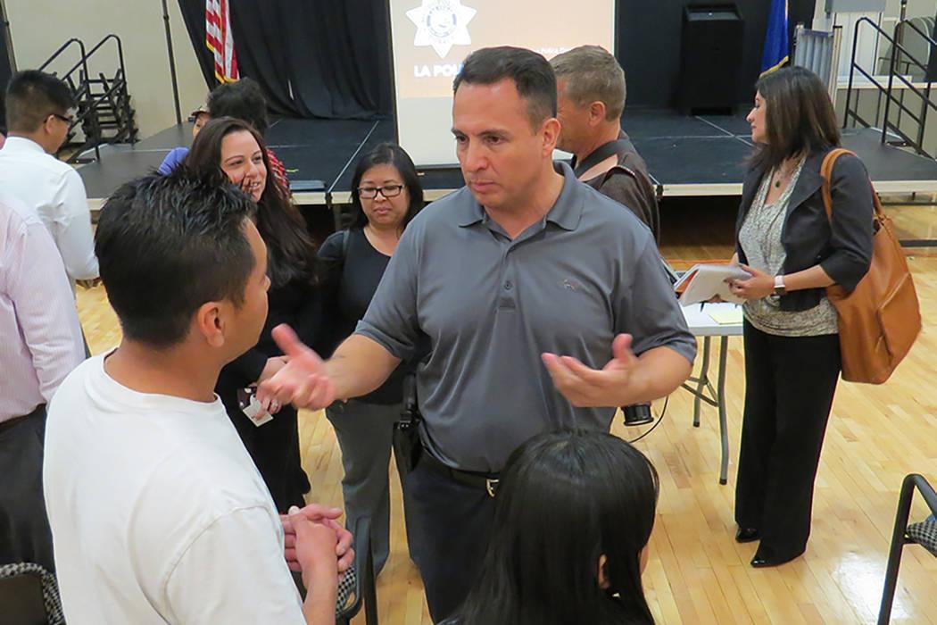 Al término del evento, el oficial Jacinto Rivera atendió personalmente a cada uno de los asistentes, quienes le hicieron preguntas específicas sobre inmigración, lunes 13 de marzo en el Centro ...