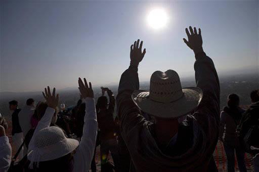 """Esta foto de archivo, del 21 de marzo del 2014, muestra a gente, arriba de la """"Pirámide del Sol"""", levantando sus brazos hacia el sol para celebrar el equinoccio. Cada año sucede lo mismo, mucha  ..."""