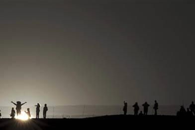 """Foto de archivo, Marzo 21, 2014, la gente celebra el equinoccio en la cumbre de la """"Pirámide del sol"""", en el centro arqueológico Teotihuacan, México.   photo, visitors celebrating the spring eq ..."""