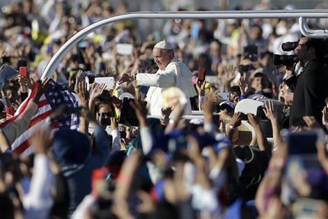 En esta foto de archivo se ve al Papa Francisco el 17 de febrero del 2016, camino a dar una misa en Ciudad Juárez, México. Ahora, el pasado 13 de marzo del 2017 se cumplió el cuarto aniversario ...