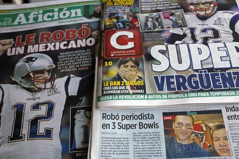 """Primeras planas de periodicos mexicanos, como """"La Afición"""", publicaron el robo que un periodista mexicano hizo con la camiseta de Tom Brady, la que vistió en su victoria con los Patriotas en el  ..."""
