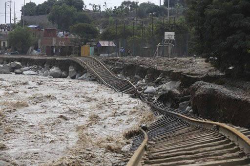 """Un tramo de la vía de tren fue destruída por el desbordamiento del rio en la zona llamada """"Chosica"""", de Lima, Perú, el 19 de marzo del 2017. (AP Photo/Martin Mejia)."""