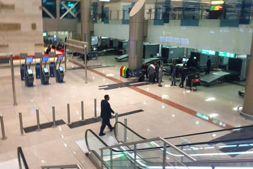 Personal de seguridad del aeropuerto internacional de El Cairo trabaja en un puesto de revisión, el 21 de marzo del 2017, cuando el gobierno de los Estados Unidos prohibió a aerolíneas de ciert ...