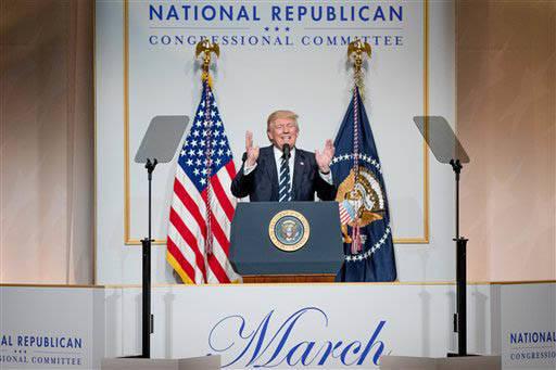 El Presidente Donald Trump habla ante el Comité Congresional Republicano Nacional, en el National Building Museum, el martes 21 de Marzo del 2017, en Washington. (AP Photo/Andrew Harnik).