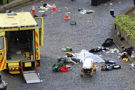 El cuerpo de una persona en el suelo es cubierto por una manta afuera del Parlamento Británico, en Londres, el 22 de marzo del 2017. Un vehículo atropelló a varias personas y al menos hay una m ...