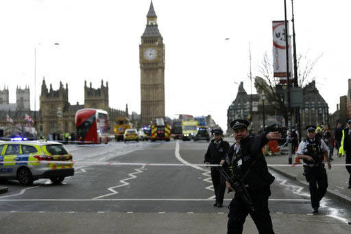 Agentes de la Policía aseguran la zona, en el lado sur del puente Westminster cerca del Parlamento Británico en Londres, el miércoles 22 de marzo del 2017. Un hombre armado con un cuchillo atac ...