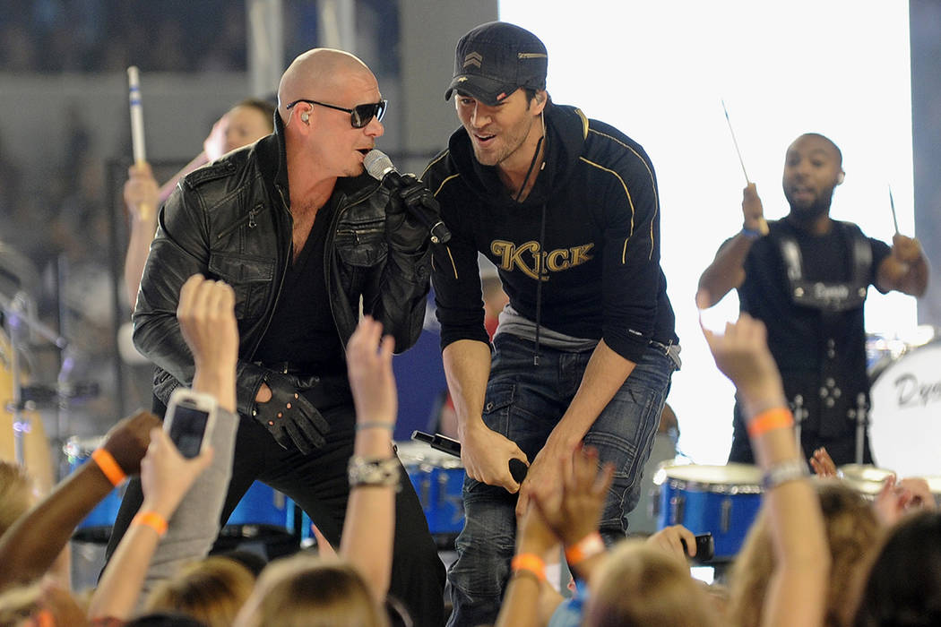 Pitfall y Enrique Iglesias.   Foto AP/Matt Strasen